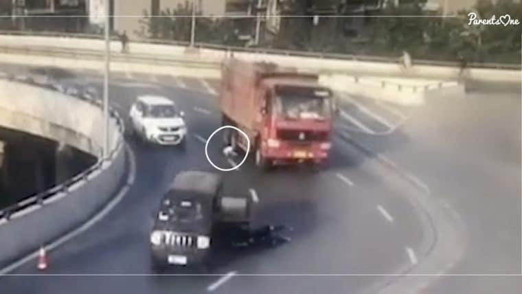 NEWS: เด็กจีนหล่นจากรถขณะเลี้ยวโค้ง คาดว่าประตูรถล็อกไม่ดี