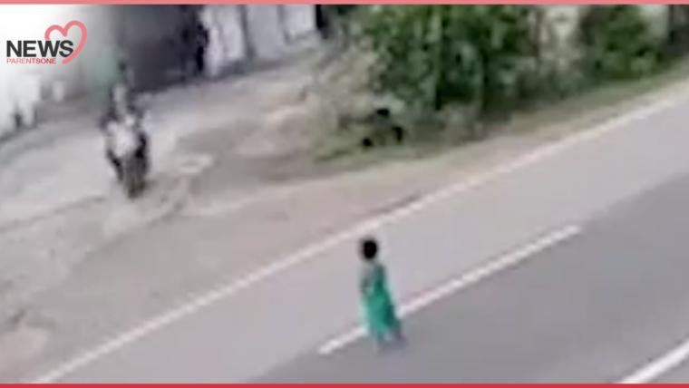 NEWS: อย่าลืมล็อกบ้าน! เด็กน้อยเดินลงถนนลำพัง โชคดีมีคนมาช่วยไว้ทันก่อนเกิดเรื่อง